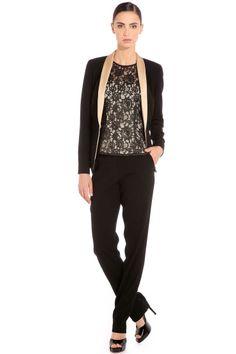 Look formal: Blusa de encaje, saco con solapa dorada, pantalón entubado