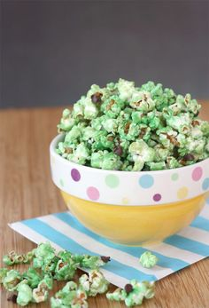 Mint Chocolate Chip Glazed Popcorn 18 Desserts That Prove Chocolate And Mint Are A Match Made In Heaven Menta Chocolate, Chocolate Chip Ice Cream, Mint Chocolate Chips, Chocolate Glaze, Healthy Popcorn, Flavored Popcorn, Healthy Snacks, Eat Healthy, Healthy Recipes