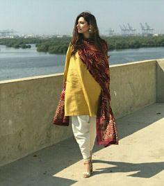 plain salwar and kameez with printed dupatta Pakistan Fashion, India Fashion, Ethnic Fashion, Pakistani Dress Design, Pakistani Outfits, Indian Outfits, Chic Outfits, Trendy Outfits, Fashion Outfits