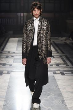 3a6f3535de9 Alexander McQueen Fall 2016 Menswear Fashion Show Collection  See the  complete Alexander McQueen Fall 2016 Menswear collection. Look 32