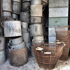 """Nu fylls det på med grejer! Stor leverans av zink baljor, plåtlådor, medelhavskrus, och rostiga korgar från @c.i.a_cederbergs_interiors 👌🏻 kom ihåg - KONTANT betalning på loppisen lörd 21/5 kl 10-13, vägbeskrivning; skyltat efter Rembo svackan mot Smedsbo. Söder ifrån skyltat från Mio möbler. Kommer ni söder ifrån på RV 70 svänger ni av vid trafikplats """"Avestaforsen"""" Varmt välkomna!"""
