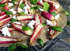 Super lækkert og anderledes tilbehør i form af bagte radiser med feta og basilikum. Den nemmeste lille anretning, som tager under 5 minutter af forberede.