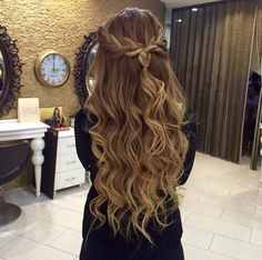 82 Graduation Hairstyles That You Can Rock This Year - Sina T. - 82 Graduation Hairstyles That You Can Rock This Year 82 Graduation Hairstyles That You Can Rock This Year Dance Hairstyles, 2015 Hairstyles, Pretty Hairstyles, Braided Hairstyles, Wedding Hairstyles, Evening Hairstyles, Messy Hairstyle, Teenage Hairstyles, Hairstyle Ideas