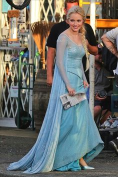 Georgina Haig as Elsa for OUaT! - does it bug anyone else that the dress is DIFFERENT from the season 3 finale sneak peak?? Gaaah!!