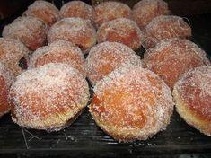 """C'est une recette du livre """"la patisserie Alsacienne"""" ,c'est la recette de mon enfance,je l'ai adapté au thermomix: 500 gr de farine 200gr de lait 1 cube de levure fraîche 100gr de beurre 60 gr de sucre 3 jaunes d'oeufs 1 pincée de sel Mettre dans le..."""