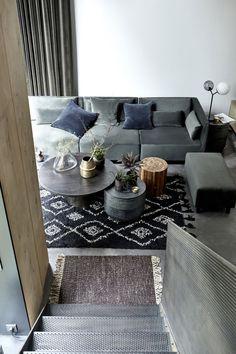 woonkamer-donkergrijze-hoekbank-zwart-vloerkleed-ronde-salontafel-house-doctor
