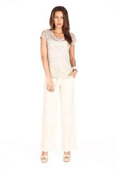 Combinación de blusa transparente y pantalón off white para tardes calurosas o eventos por la mañana.