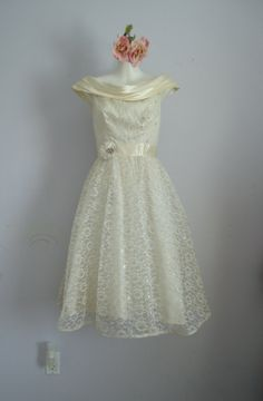 Vintage 1950s Cream and Silver Lace Mad Men Boat Neck Party Prom Wedding Formal Semi Formal Dress