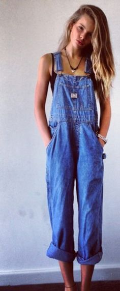 Take a look at 15 trendy overalls outfits for summer in the photos below and get ideas for your own outfits! White tees and denim overalls = summer style. Overalls Outfit, Denim Overalls, Overalls Women, Dungarees, Vintage Jeans, Vintage Outfits, Cool Outfits, Summer Outfits, Modest Outfits