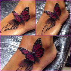Tatouage papillon sur le pied, très féminin, violet pourpre. Woman tattoo, purple ink btf butterfly