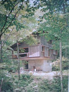 2010年8月8日〔日〕 前回の落水荘、サヴォワ邸、ファンズワース邸は別荘であるが、日本ではどうであろうか。 この軽井沢山荘は1962年に完成、今から48年前だ。 設計はこの住人でもある吉村順三 東京芸術大学名誉教授である。 一階は鉄筋コン...