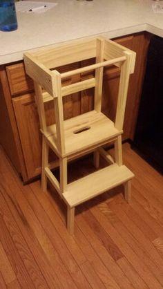 learning tower torre d 39 apprendimento per bambini realizzata in legno modificando uno sgabello. Black Bedroom Furniture Sets. Home Design Ideas