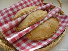 Στην Κύπρο κάνουν παραδοσιακές νηστίσιμες πίτες με σπιτική ζύμη, τις κολοκοτές, με κόκκινη κολοκύθα και πλιγούρι αντί για ρύζι.