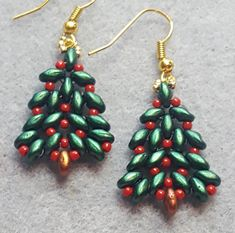 Superduos and seed beads. Christmas Tree Earrings, Beaded Christmas Ornaments, Beaded Jewellery, Beaded Bracelet, Jewelry Patterns, Beading Patterns, How To Make Earrings, Beaded Earrings, Super Duo Beads