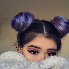 mädchen mit ultra coolem make up und lila haaren
