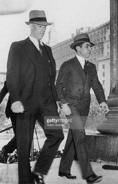 Sicilian-born New York mafia boss Charles 'Lucky' Luciano (right) walks handcuffed into the Supreme Court for the continuation of his vice trial, 1936 Gangster Wedding, Real Gangster, Mafia Gangster, Meyer Lansky, Italian Mobsters, 1920s Gangsters, Mafia Crime, Mafia Families, Al Capone