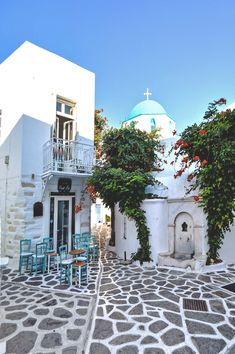 So much to discover in the old laneways of old Parikia on Paros, Greece | heneedsfood.com