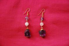 """Boucles d'oreille """"violet brut"""" : perles taillées en quartz rose et améthystes, améthystes brutes et coupelles métal couleur doré : Boucles d'oreille par lericheattirail"""