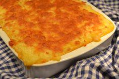 """For mig er kartoffelmos altså noget nær den ultimative comford food. Blød og cremet, snehvid kartoffelmos med en tydelig smørsmag og ensnert af salt og peber – mums. Jeg kan sagtens spise en skålfuld kartoffelmos """"au naturel"""", men nogle gange skal der også lidt fornyelse til. Og den fornyelse kunne fx være denne """"kartoffelmos-lasagne"""" a …"""