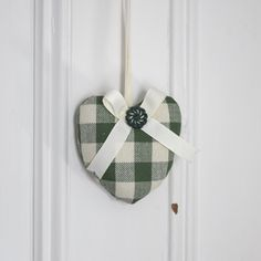 Fabric heart to hang Canadiana Green and Ivory Plaid Rustic Ornament Door hanger Gift Decoration de la boutique ChristineGrenier sur Etsy