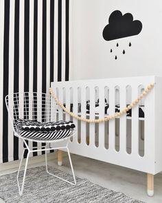 Lastenhuoneen kiva yksityiskohdat. Raitoja, pilviä ja muuta mukavaa.