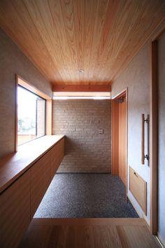 自然の恵みと暮らす家の玄関 Office Furniture, Columns, Bathtub, House Design, Interior Design, Building, Outdoor Decor, Projects, Home Decor
