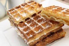 La gaufre de Bruxelles, rectangulaire, aérée, moelleuse au cœur et croustillante à l'extérieur, a été créée en 1856 par Maximilien Consael. Il a présenté cette nouvelle recette, cuite dans des grands fers en fonte à petits carreaux égaux, pour la 1ère fois à la foire de Bruxelles, d'où son nom. Pour réussir cette recette, il vous faut de la levure de boulanger et un puissant gaufrier. Beignets, Belgium Food, My Favorite Food, Favorite Recipes, Waffle Bar, Waffle Iron, Thermomix Desserts, Food Wallpaper, Perfect Breakfast