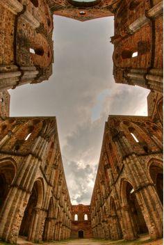 La agrupacion por simetría en esta foto hace que la cruz se perciba como un elemento a cierta distancia