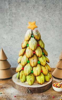 Sapin de Noël madeleines pistaches Christmas tree madeleines with almonds and pistachios Easy Christmas Cookie Recipes, Christmas Desserts, Christmas Tree Food, Noel Christmas, My Favorite Food, Favorite Recipes, French Dessert Recipes, Cafe Food, Creative Food