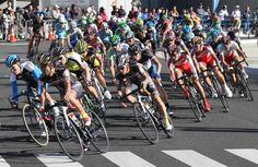 高速のレースを繰り広げる選手たち=3日午後、大分市のホルトホール前、撮影・鈴木幸一郎