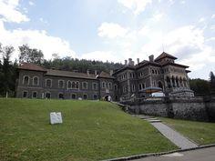 """Castelul Cantacuzino, ce se înalță tăcut pe dealul Zamora din orașul prahovean Bușteni, a fost construit în 1911, după un proiect realizat de arhitectul Grigore Cherchez. Beneficiarul a fost prințul Gheorghe Grigore Cantacuzino, descendent al liniei de împărați bizantini Cantacuzino. Fost ministru al României (în perioadele 1899-1900 și 1904-1907), prințul a fost supranumit """"Nababul"""" (persoană foarte bogată, n.red.), datorită averii sale impresionante."""
