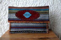 Τσάντα Large Clutch από υφαντό από την Ταϊλάνδη που συνδυάζει το bohemian με το ethnic στυλ.   Ethnic Clutch Bag #Boho Handwoven Clutch #Tribal Large Clutch Bag #Thai Clutch Bag #Oversized Clutch #Aztec Bag Bohemian Chic Fashion, Boho, Aztec Bag, Large Clutch Bags, Oversized Clutch, Casual Look, Ethnic, Zip Around Wallet, Hand Weaving