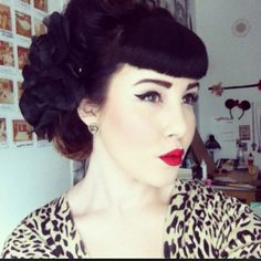 Vintage Hairstyles With Bangs I love these bangs, but I know it would go all wrong on my head. 1950s Hairstyles, Vintage Hairstyles, Hairstyles With Bangs, Wedding Hairstyles, Classic Hairstyles, School Hairstyles, Pin Up Hair, My Hair, Retro Updo