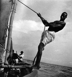 Côte guinéenne, 1941 parAnita Conti,océanographe et photographe française (1899 - 1997)  Anita Conti fut la première femme océanographefrançaise. Entre les deux guerres mondiales, elle commença à dresser les premières cartes de pêche, alors qu'on ne disposait que de cartes de navigation. Son activité scientifique contribua à rationaliser les pratiques de pêche hauturière. Mais dès les années 1940, elle s'inquiéta des effets de la pêche industrielle sur les ressources halieutiques.