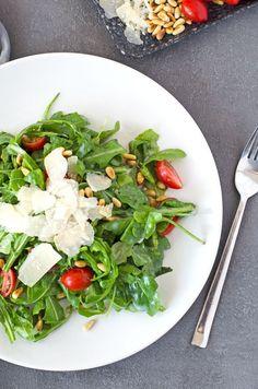Leicht scharfen Rucolasalat mit fruchtigen Tomaten, Pinienkernen und würzigen Parmesan ist einfach eine genial Kombination. Frisch, kalorienarm, einfach.