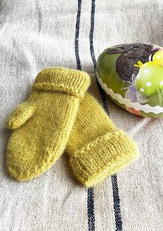 Knit Mittens, Knitted Hats, Drops Paris, Wrist Warmers, Different Textures, Diy And Crafts, Knit Crochet, Knitting Patterns, Baby Shoes