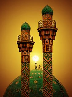 Rising Sun behind the Dome and Garlands of a Mosque Mosque Architecture, Art And Architecture, Beautiful Architecture, Beautiful Buildings, Sainte Sophie, Mekka, Beautiful Mosques, Eternal Sunshine, Place Of Worship