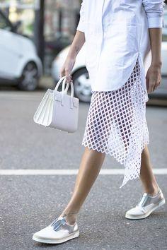 Offset crisp white shirts and accessories with metallic details and a fabulous skirt Looks Street Style, Looks Style, My Style, Crisp White Shirt, White Shirts, Mochila Do Bts, Diy Rock, Moda Fashion, Womens Fashion