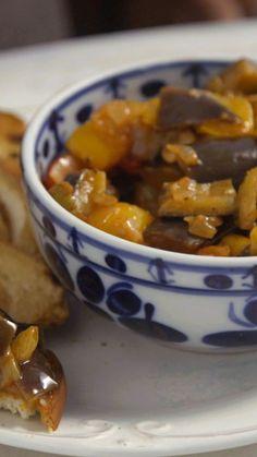 Com uma mistura incrível de sabores, a caponata é uma receita maravilhosa para servir de entrada ou comer junto na refeição principal.
