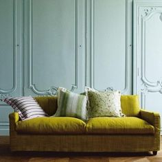Chartreuse green couch and soft turquoise walls. LOVE the wall texture and couch color. the soft turquoise is kinda nice Murs Turquoise, Turquoise Walls, Trendy Furniture, Pallet Furniture, Furniture Design, Green Furniture, Yellow Sofa, Green Rooms, Wall Colors