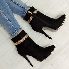 Dámske členkové čižmy čiernej farby s aplikáciou šperku - fashionday.eu ca0d6a8b771