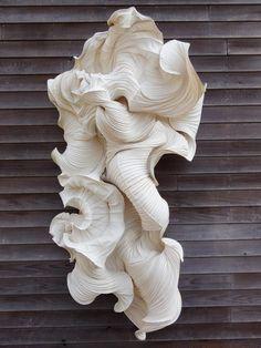 Peter Gentenaar - les oeuvres de Peter Gentenaar intègrent des éléments organiques: elles se forment en fonction du temps, de la force et du rétrécissement au moment du séchage pour donner cet aspect superbe de tissu plissé.