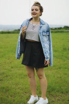Look com jaqueta jeans, cropped listrado, saia preta de cintura alta de corino e um adidas superstar branco para complementar! | Compra-se Um Fusca