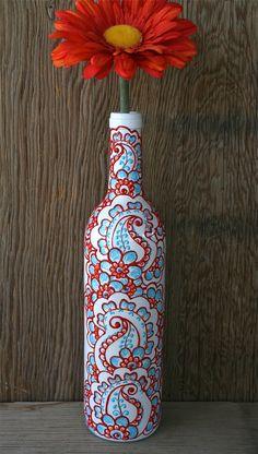 Bouteille de vin peinte Vase, blanc avec des accents rouges, orange et bleus, design de style henné Vibrant    Aimez le vin, connaître quelquun qui le fait ? Moi aussi! Lidée de ces vases est né tout en regardant un tas de bouteilles de vin vides. Mon copain a suggéré que jessaie de peindre certains. Jétais un peu sceptique au début, mais après ce qui lui donne une certaine pensée que jai plongé droit en et maintenant jadore faire ces.    Jaime mettre une fleur en eux et utilisez-les comme…