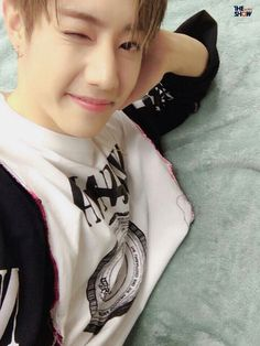 imagine talkinh to Mark thru chat then he sends this pic of him. #mark#winkkwink#got7  Pinterest
