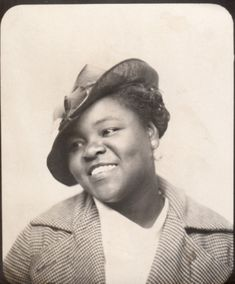 cute lady in photobooth Antique Photos, Vintage Pictures, Vintage Photographs, Vintage Images, Old Photos, Vintage Magazine, Vintage Photo Booths, Vintage Black Glamour, American Photo
