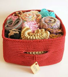 Tapestry Crochet Basket By Maria Isabel - Free Crochet Pattern - (ravelry) Crochet Bowl, Crochet Basket Pattern, Knit Or Crochet, Crochet Stitches, Crochet Hooks, Crochet Patterns, Crochet Baskets, Tricot Simple, Square Baskets