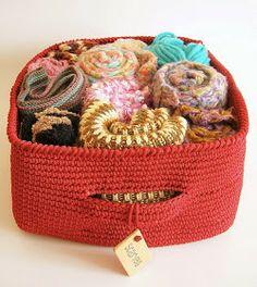 Tapestry Crochet Basket By Maria Isabel - Free Crochet Pattern - (ravelry) Crochet Bowl, Crochet Basket Pattern, Knit Or Crochet, Crochet Stitches, Crochet Hooks, Crochet Baskets, Tricot Simple, Knitting Patterns, Crochet Patterns