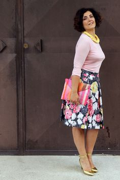 Come vestirsi bene spendendo poco, How to Be Stylish Without Spending a Lot of Money,How to Look Good on a Limited Budget, curvy, plus size, fashion blogger, curvy model, 50s style, full skirt, second hand skirt, floral skirt, gonna a fiori, diy necklace, necklace from a t shirt,vintage style, retro style, gonna a fiori, abiti di seconda mano, chic outfit, moda curvy, taglie forti, donne formose