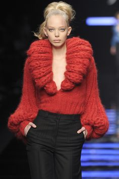 Sexy runway hand knitted sweater one of a kind heavy luxurious soft gorgeous - Daynie - Image Sharing World Knitwear Fashion, Knit Fashion, Runway Fashion, Milan Fashion, Hand Knitted Sweaters, Red Sweaters, Cardigans, Chunky Sweaters, Pull Crochet